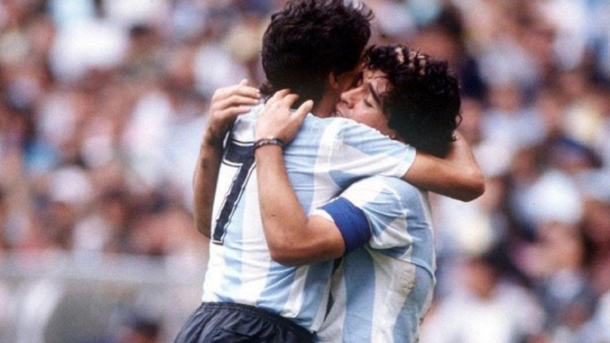 Jorge Burruchaga y Diego Maradona.