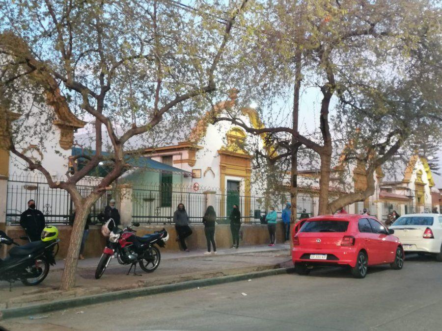 Coronavirus en Mendoza: otro día con filas en la puerta del Hospital Español para hacerse un hisopado. Foto: Matías Pascualetti.