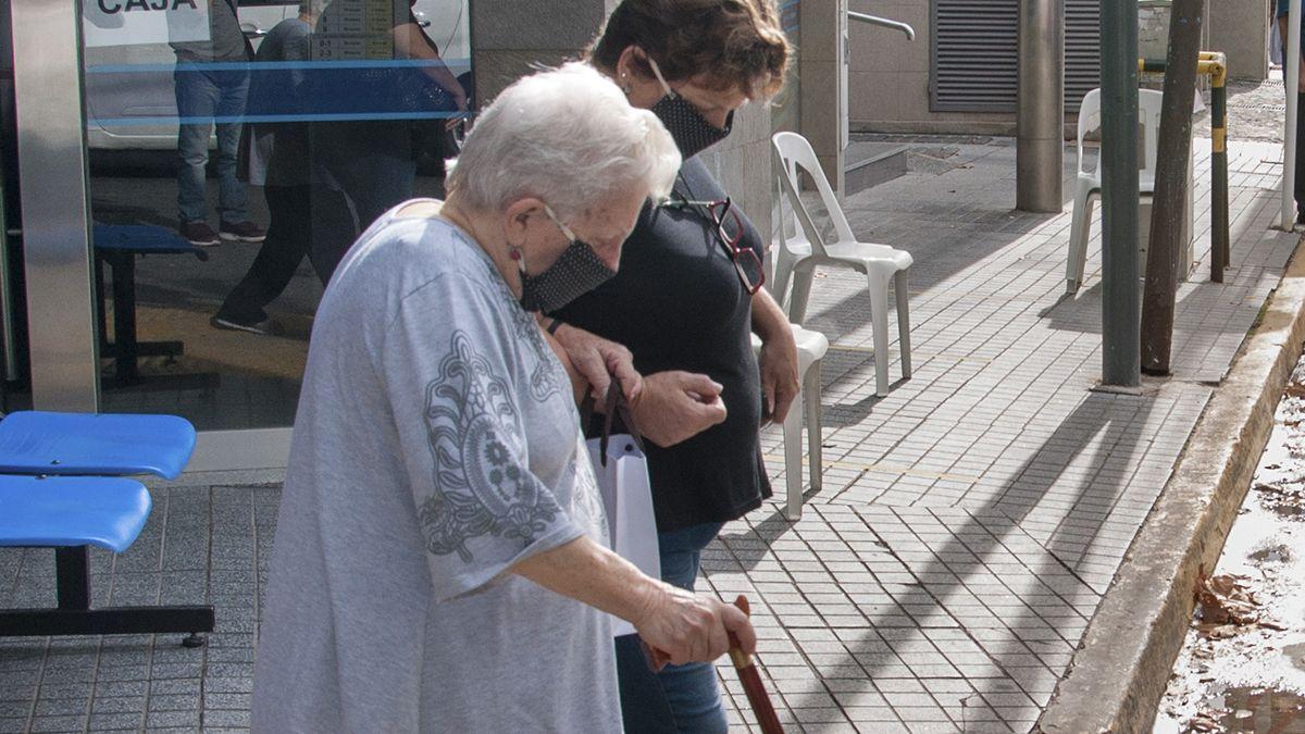 Cómo deben hacer los mayores de 70 años para inscribirse y ser vacunados en Mendoza