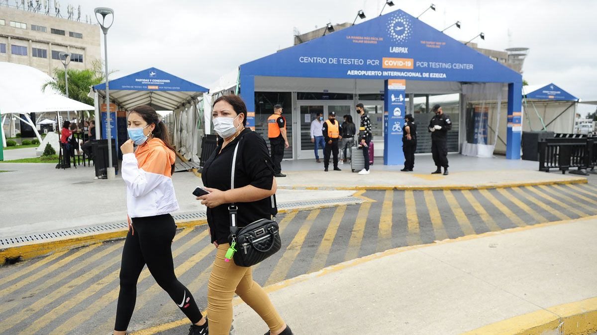 El laboratorio que funciona en el aeropuerto internacional de Ezeiza tiene a cargo todos los testeos