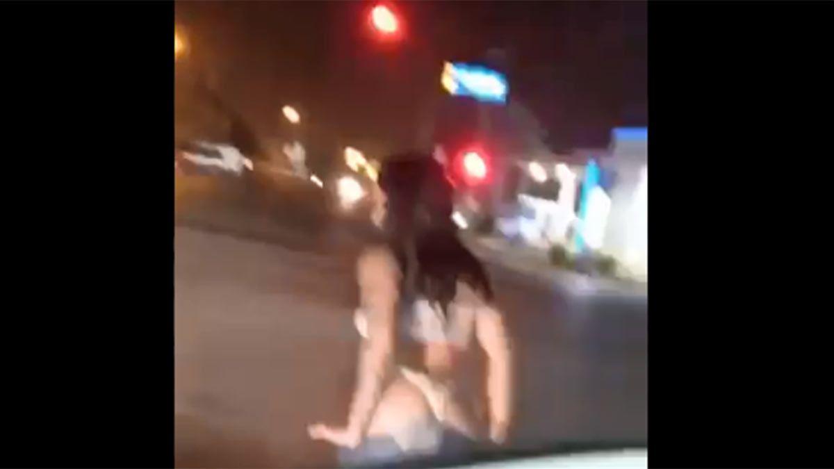 Una chica sanjuanina improvisó un strip tease y mostró la cola en una esquina céntrica.