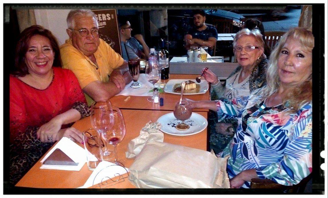 Sandra Passini (de rojo) junto a su pareja Roberto Bouget y famliares. Ambos se habían contagiado de Covid-19.