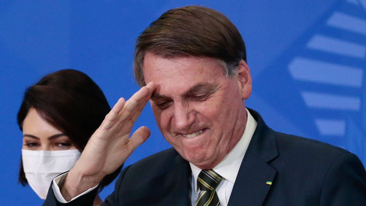 Jair Bolsonaro fustigó la decisión de hacer obligatoria la vacuna y arremetió contra el Pfizer al decir que te podés convertir en yacaré como efecto secundario.