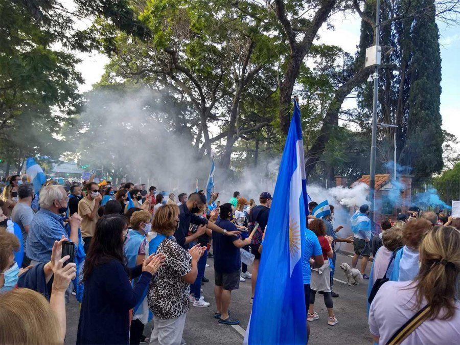 Decenas de personas salieron a la calle este sábado para protestar contra las nuevas restricciones. La medida más resistida es la suspensión de clases.