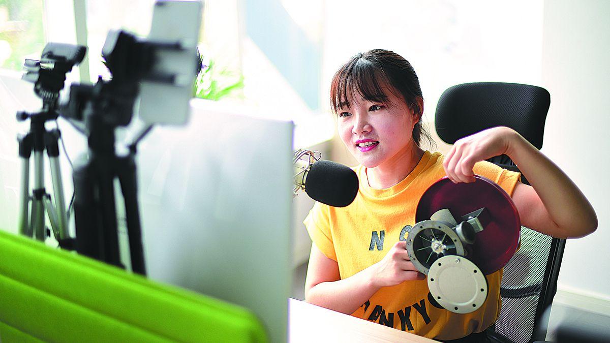 Una instructora brinda orientación durante un curso en línea a través del software Tencent Classroom en Qingdao