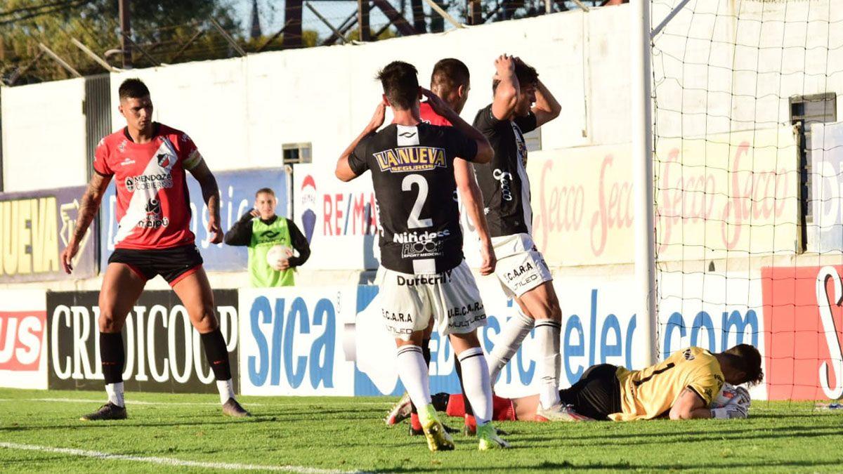El defensor Leandro Corulo se fue con mucha bronca por la derrota ante Estudiantes.