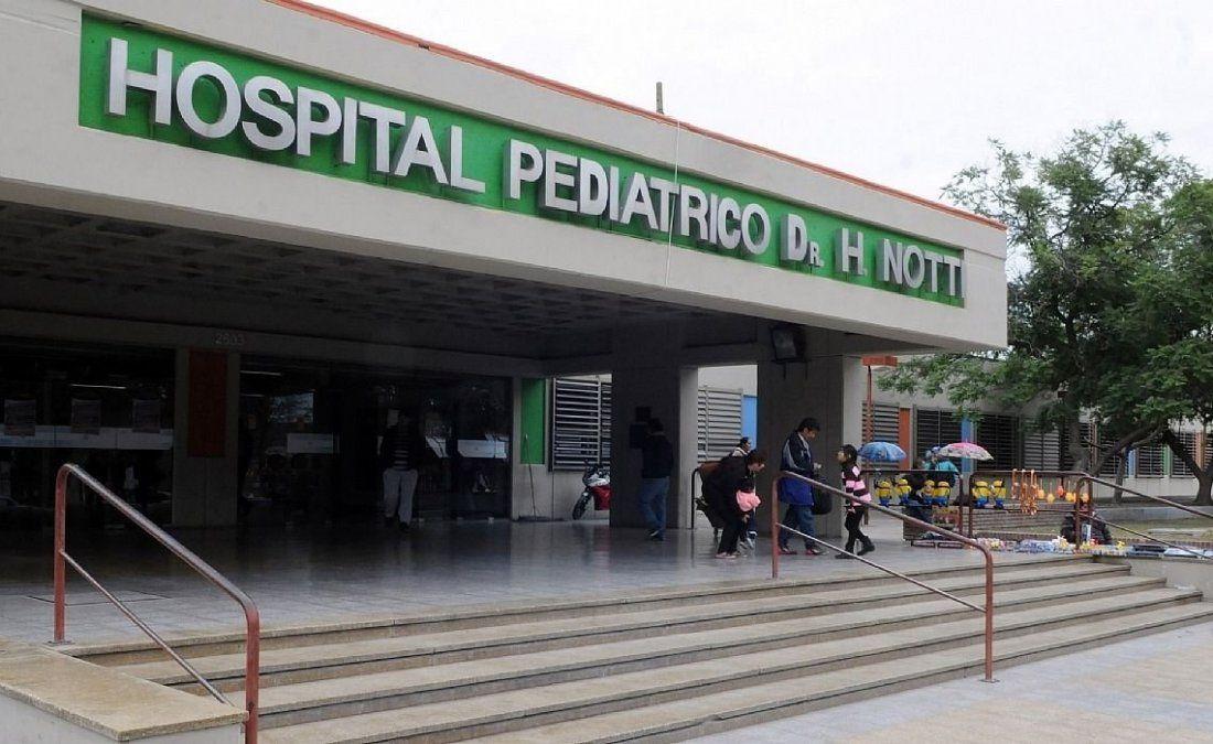 Hospital Notti. Uno de los chicos que se cayó al zanjón Maure sigue internado con asistencia mecánica respiratoria.