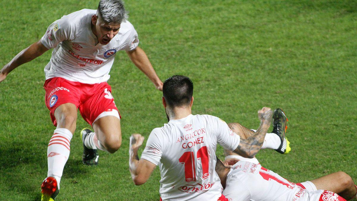 Argentinos Juniors venció a Arsenal con dos hombres menos