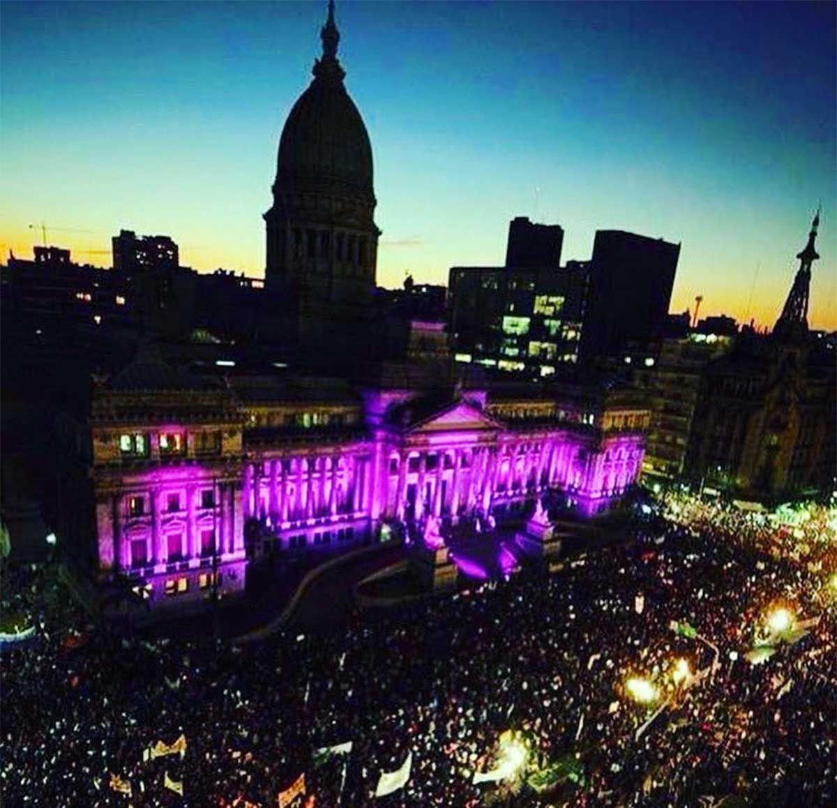 {altText(En el aniversario de la primera marcha de #NiUnaMenos se reclama por el fin de asesinatos de mujeres y personas trans. Los femicidios aumentaron en pandemia.,#NiUnaMenos: durante la pandemia se registraron 238 femicidios)}