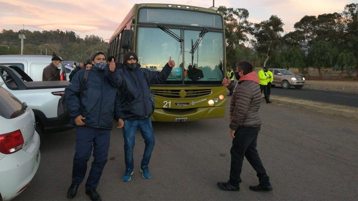 Los choferes de colectivos y administrativos los primeros en llegar al estadio Aconcagua Arena