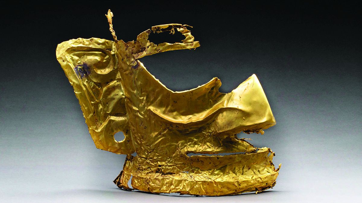Una máscara de oro de 28 centímetros de alto recién encontrada en la fosa Nro. 5 en el sitio de Sanxingdui. XINHUA