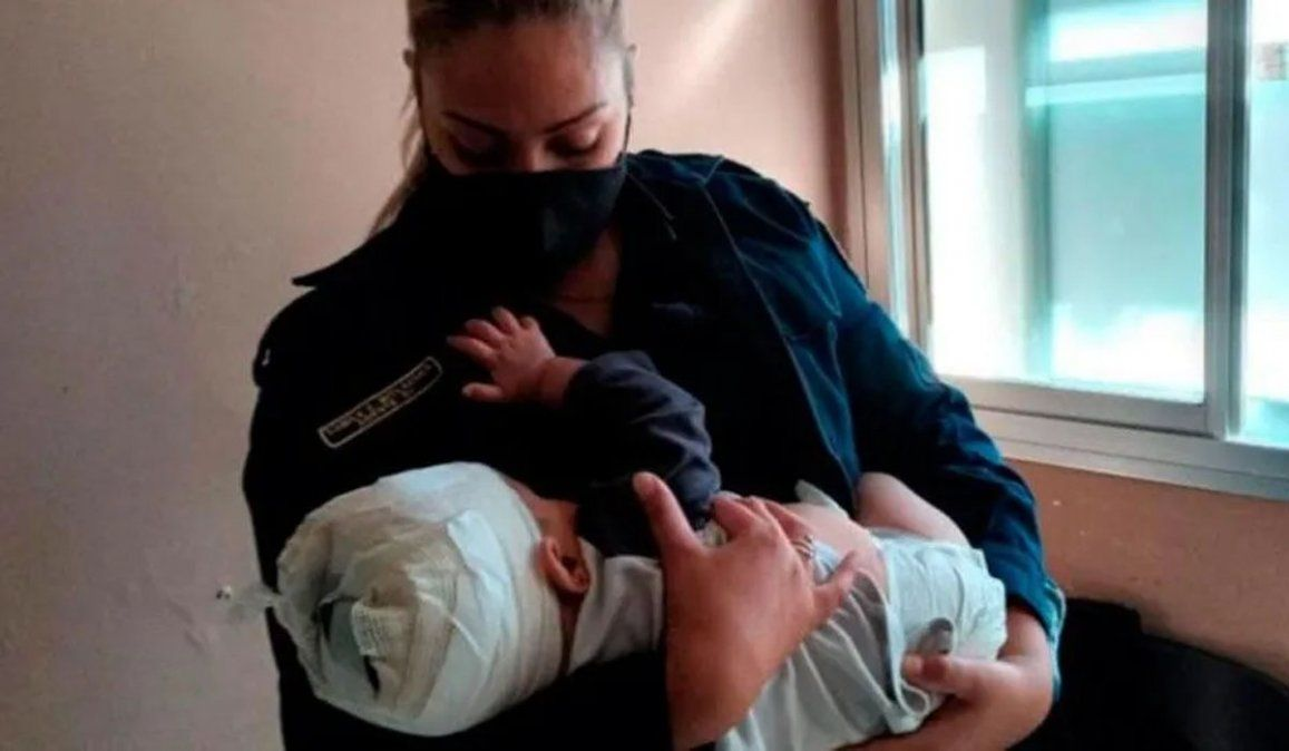 Amamantó a un bebé herido en la cabeza con un tenedor