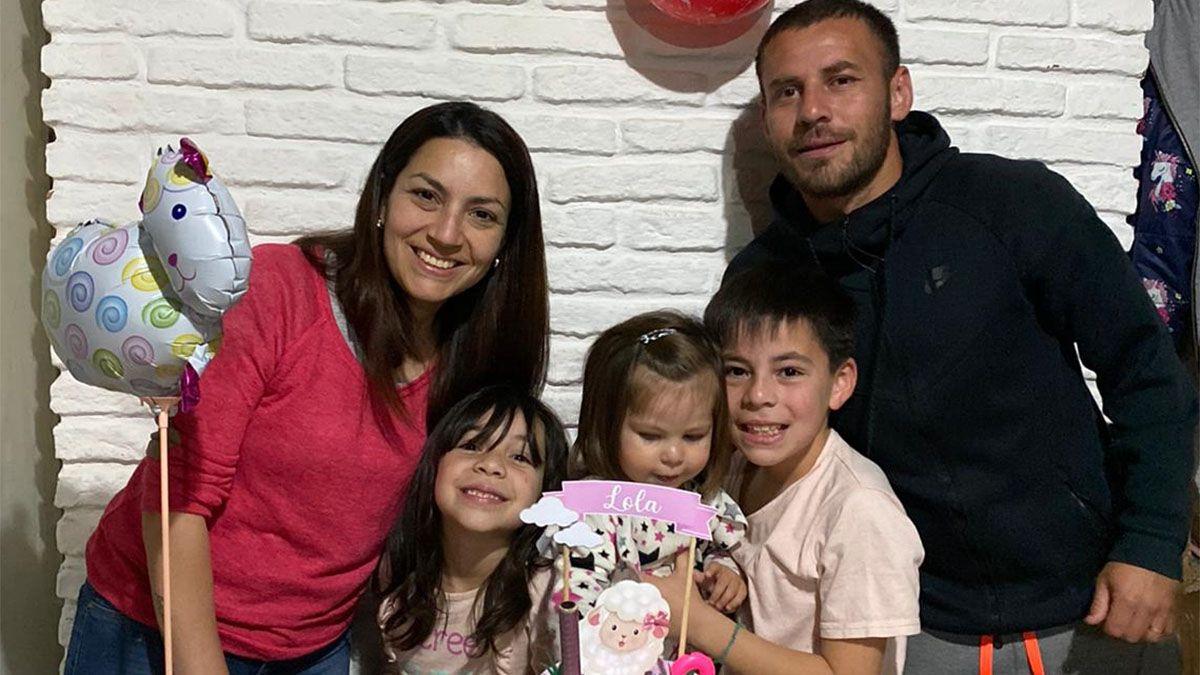 Gonzalo Díaz posa en la foto con su esposa y sus hijos