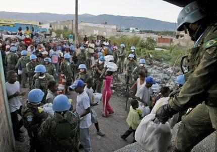 Llegó más ayuda a Haití, pero no alcanza para todos los afectados