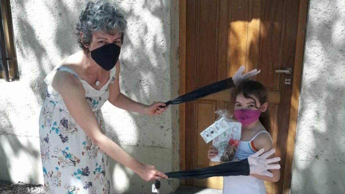 Las manitos de la Seño Myriam en acción. Las verdaderas manos de la docente