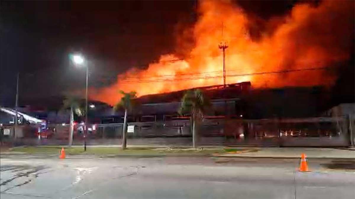 Unas 20 dotaciones de bomberos debieron trabajar para sofocar un incendio gigante en una planta panificadora de la localidad bonaerense de San Fernando.