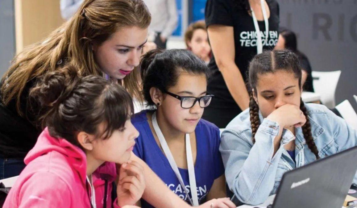 El programa de capacitación Conectadas apunta a que chicas de entre 14 y 18 años puedan conectarse con una red latinoamericana de chicas