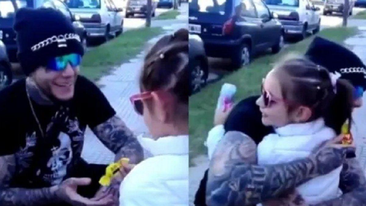 El video de Alex Caniggia abrazando a una fan que se hizo viral.
