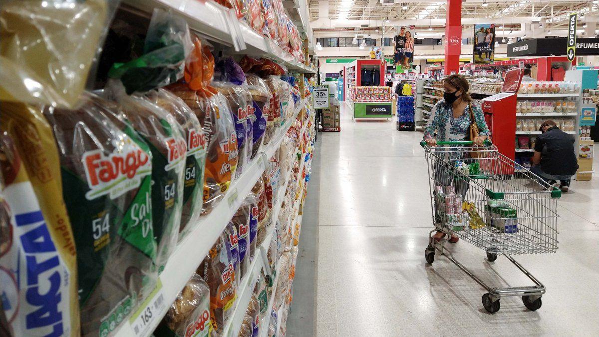 Los consumidores buscan losproductos del programa Precios Cuidados.