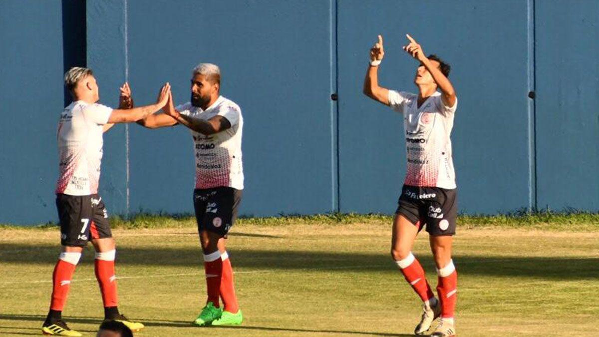 Maxi Herrera festeja el gol de Bruno Nasta en el triunfo ante Juventud Unida.