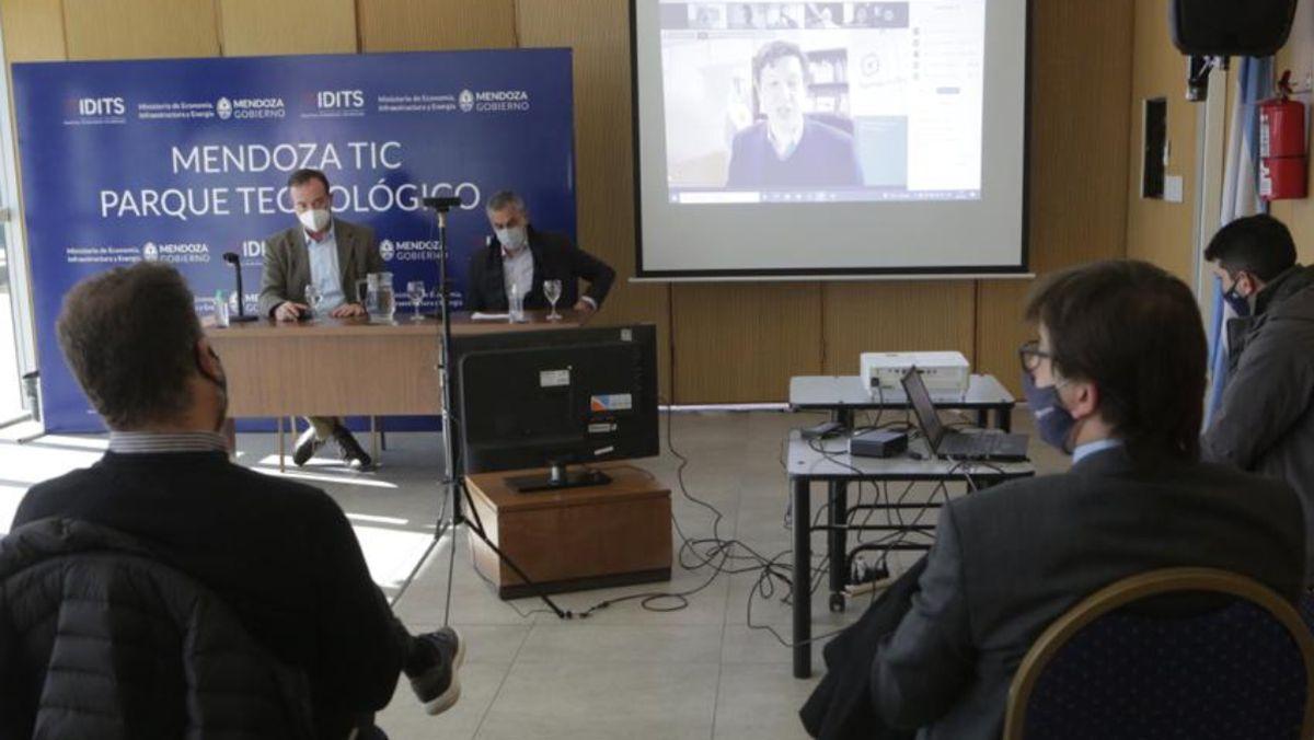 El lanzamiento del plan TECLAB se realizó en el Mendoza TIC Parque Tecnológico, con presencia del director de Innovación y Desarrollo Económico, Federico Morábito, y del subsecretario de Industria y Comercio, Alejandro Zlotolow en forma presencial.