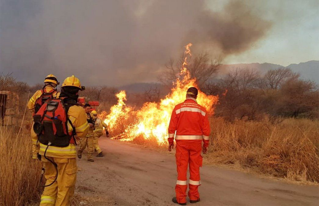 Los incendios forestales que azotan a Córdoba y San Luis. Foto: NA.