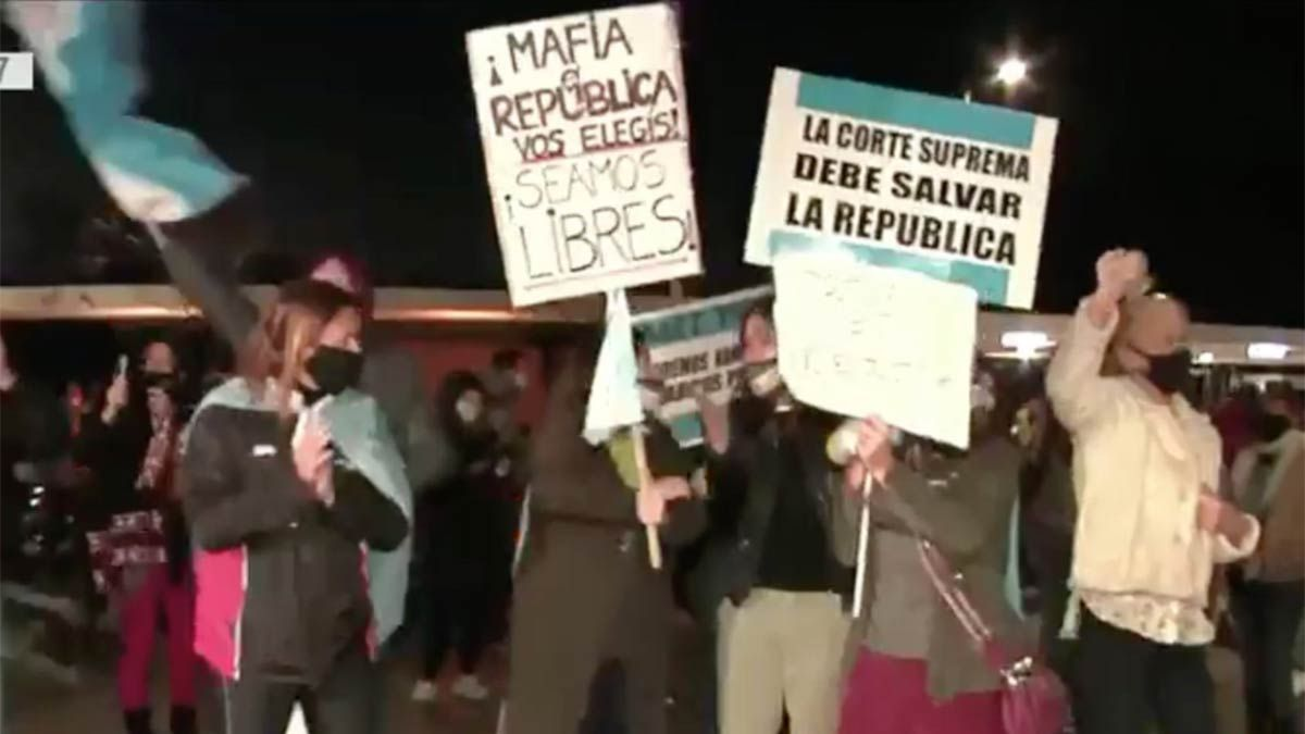 Los vecinos de Pilar protestan contra Lázaro Báez.