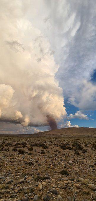 Foto del tornado en Mendoza tomada y publicada por @guillev83