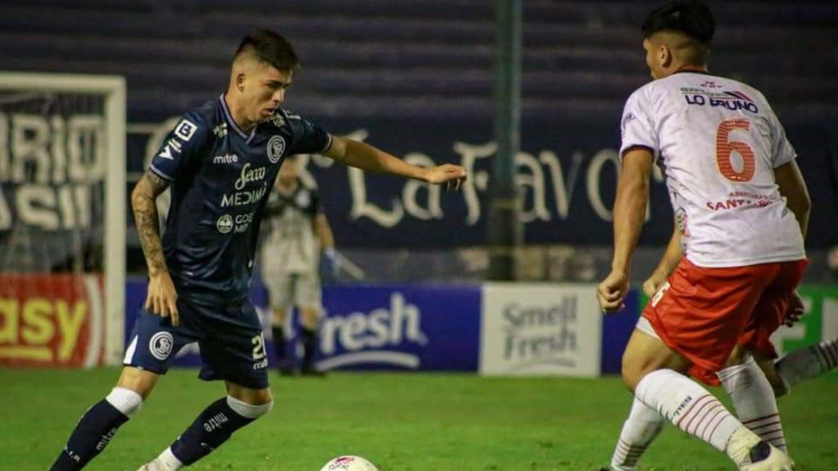 El volante Leandro Berti mostró un gran atrevimiento para jugar.