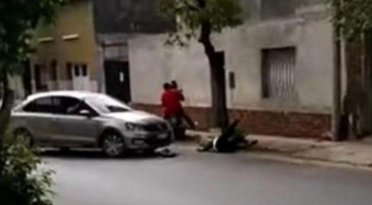 Quiso hacer justicia por mano propia con dos motochorros y atropelló a la víctima