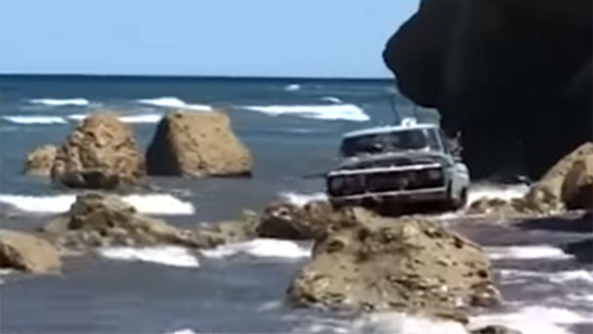 La F100 en una playa de Las Grutas.