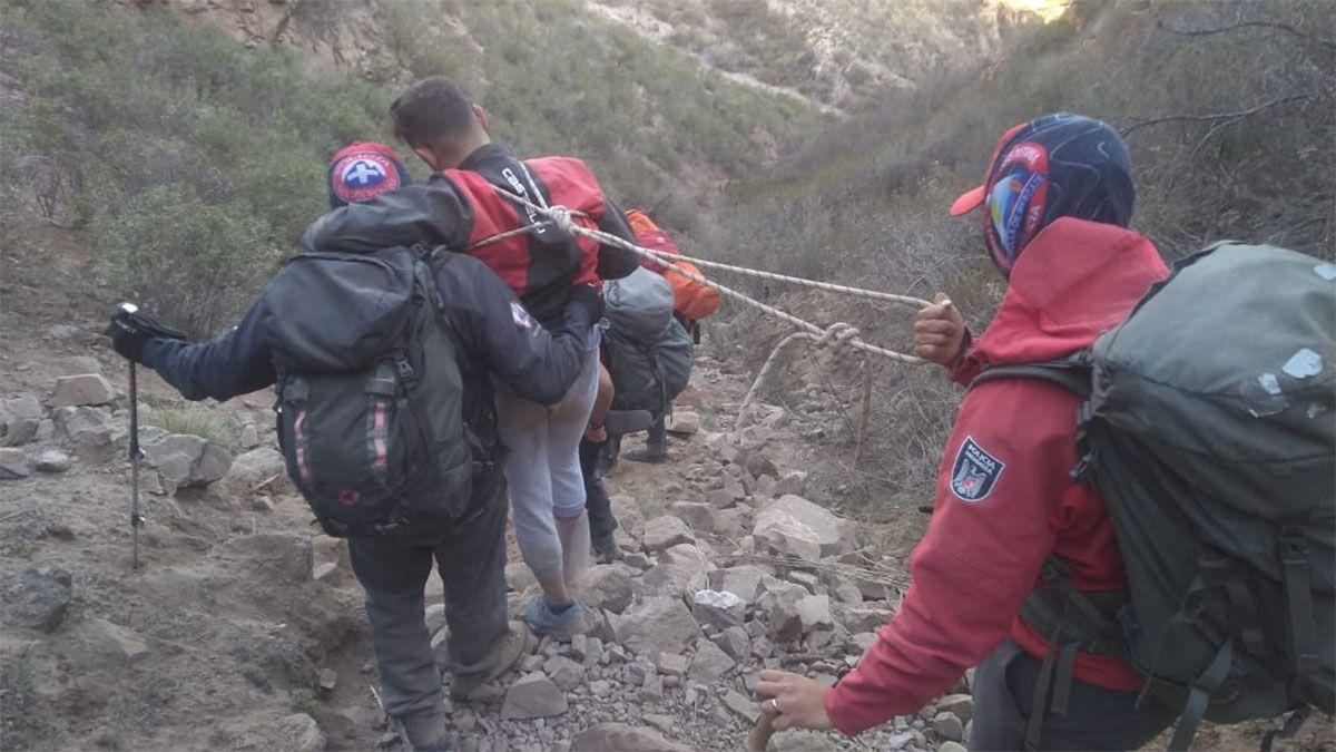 Policías de la Patrulla de Rescate auxiliaron a un herido en el Cerro Baños