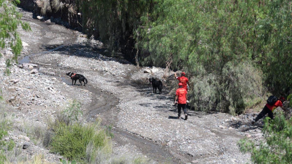 Así buscan a Luis Alberto Parra en el cauce de agua en El Challao.