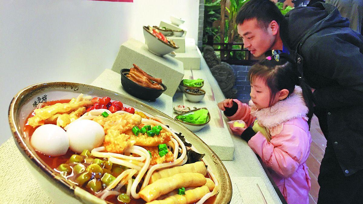Los ciudadanos visitan un museo de la cultura alimentaria de luosifen en Liuzhou