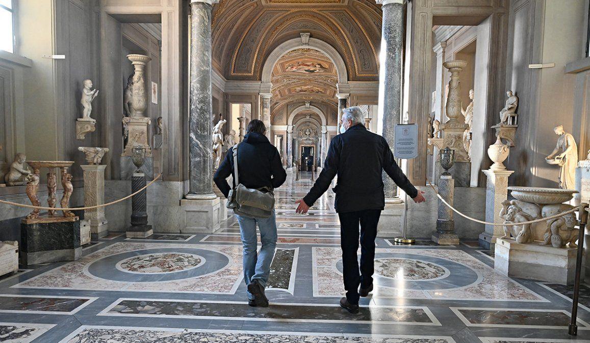Los Museos Vaticanos volvieron a recibir público con medidas de higiene durante los siete kilómetros de recorrido.
