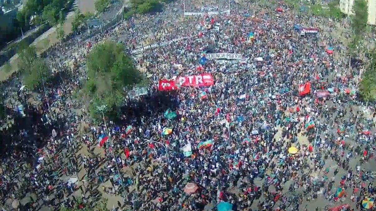Miles de personas se concentran en la plaza Italia en el centro de Santiago de Chile.