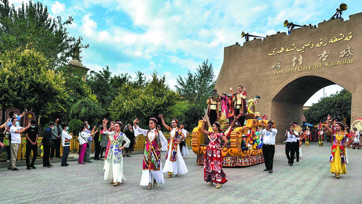 Los turistas ven un espectáculo de danza en el casco histórico de Kashgar. MA KAI / XINHUA