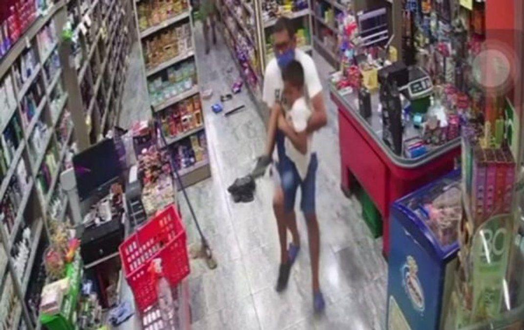 Niño accidentado. Balearon a un niño durante un asalto a un supermercado.