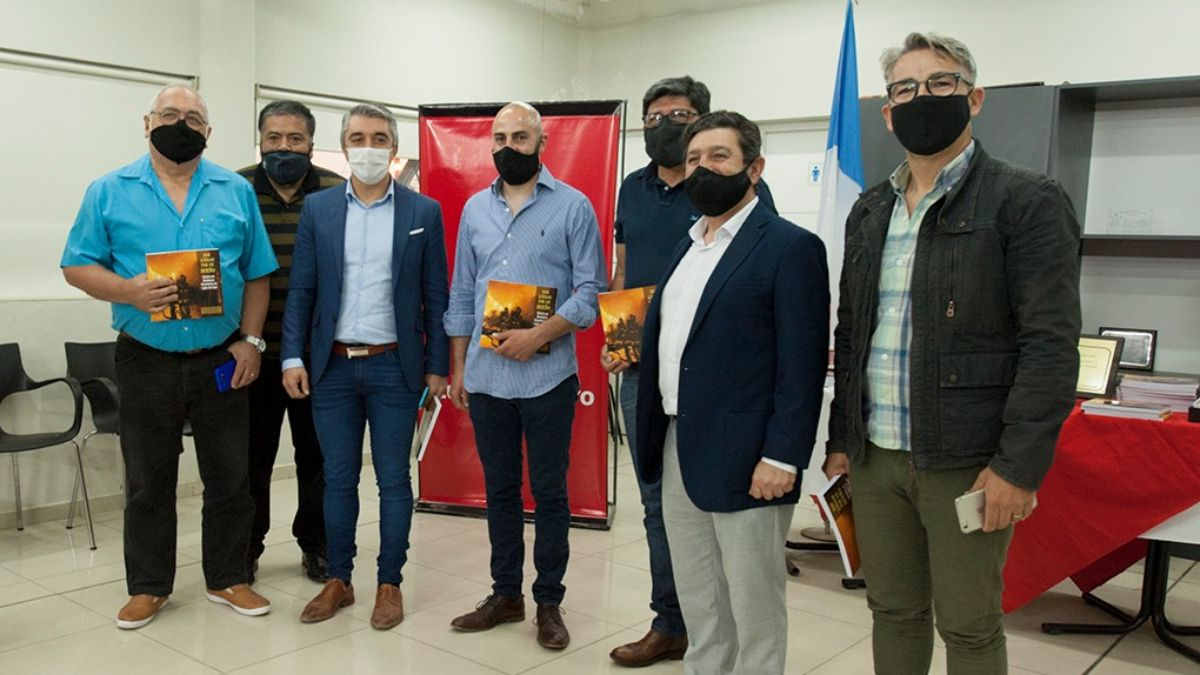 Presentación del libro sobre los Bomberos Voluntarios de Luján de Cuyo en la Municipalidad anfitriona