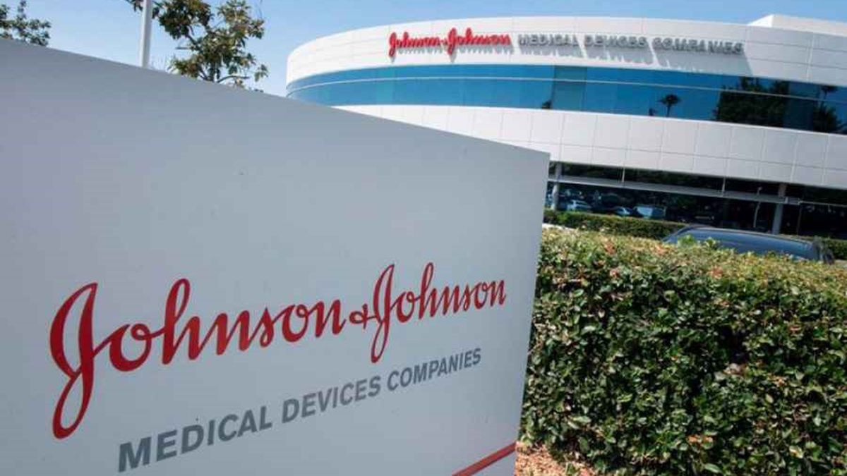 Johnson & Johnson anunció que las pruebas experimentales de su vacuna contra el coronavirus mostró una inmunidad duradera.