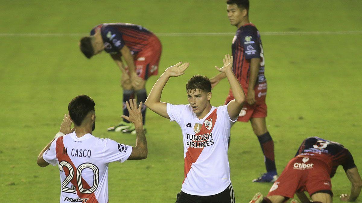 Julián Álvarez celebra el segundo gol de River con Casco.