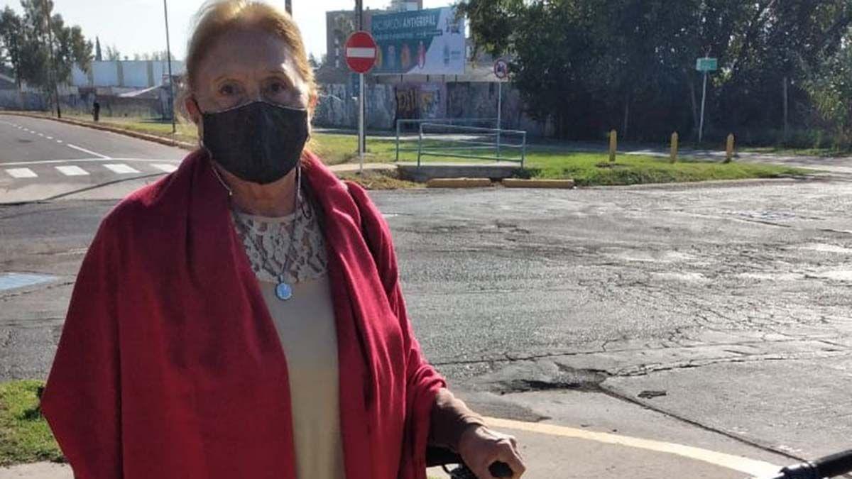Alicia Botti tiene 73 años y es abanderada de la escuela Ernesto Guevara