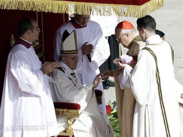 Francisco recibió el anillo de Pescador y el palio, los dos símbolos del Papa