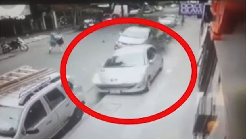 Video: una anciana perdió el control de su auto, subió a la vereda y chocó todo a su paso