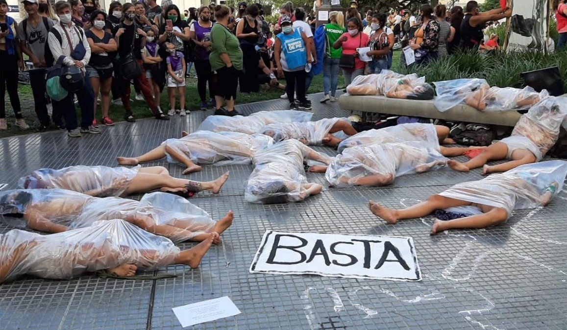 Fuertes imágenes en la marcha por el femicidio de Úrsula Bahillo