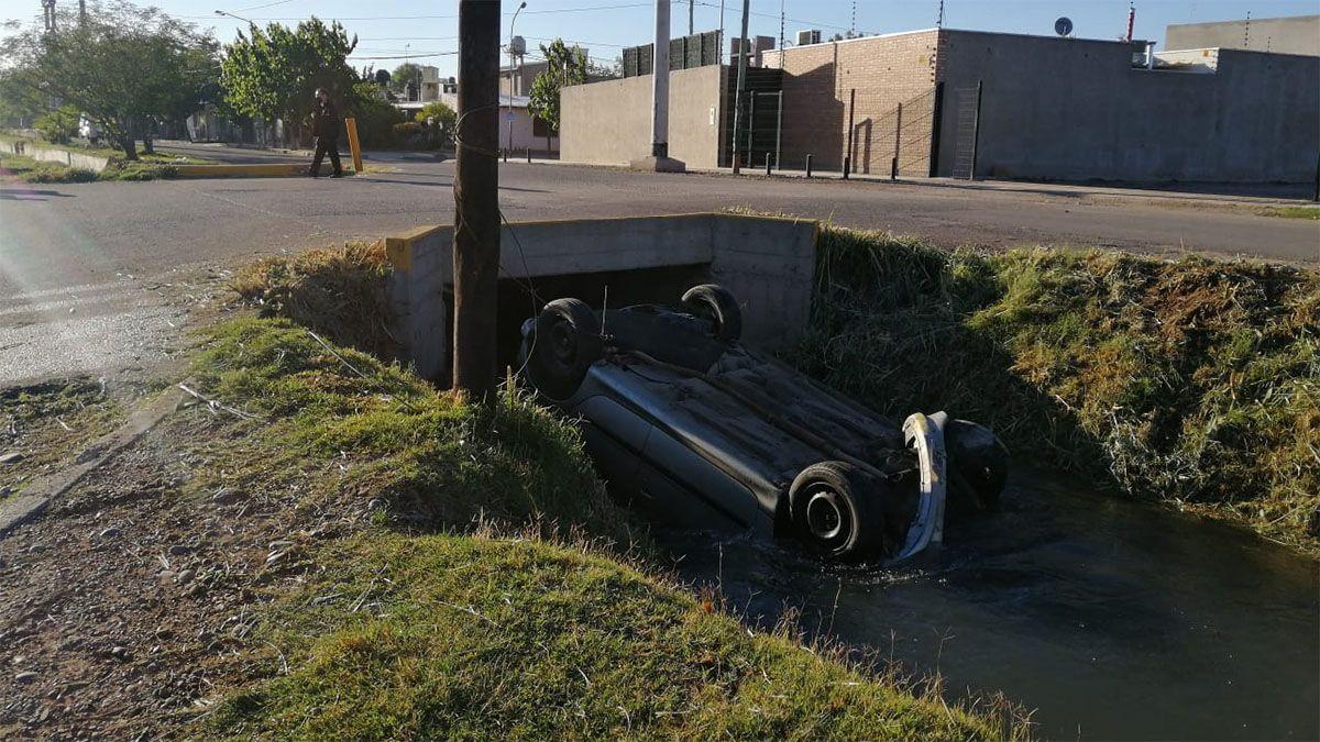 Así quedó el auto que cayó a un cauce de agua en Guaymallén