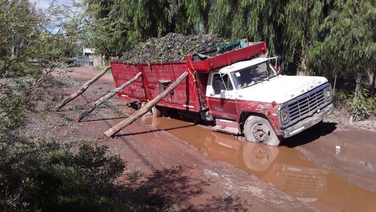 Así fue rescatado un camión cosechador a punto de volcar