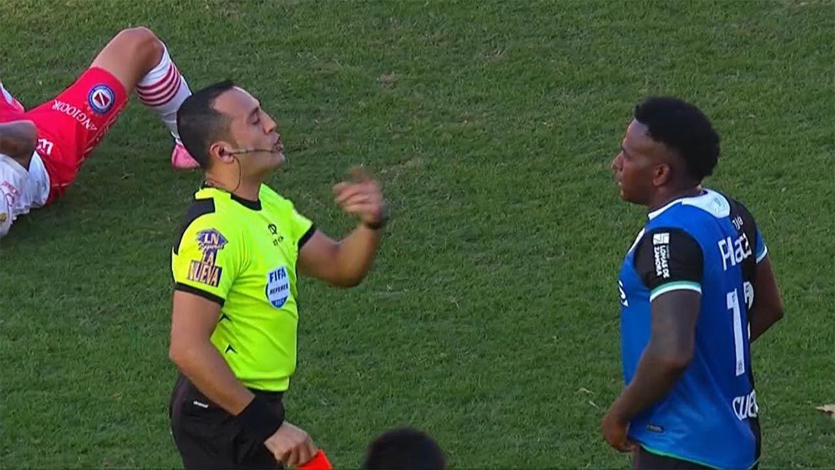 Cuero escupió en la cara a un rival y se fue expulsado
