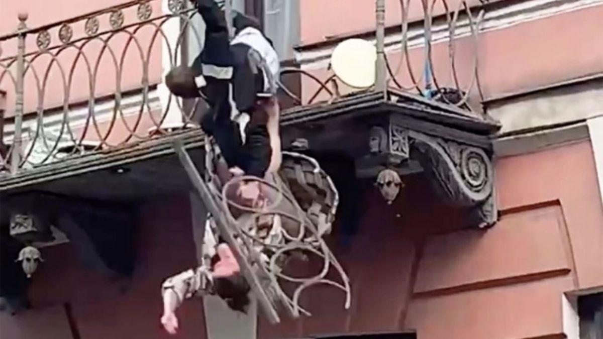 Tremenda caída. Video: discutían en un balcón