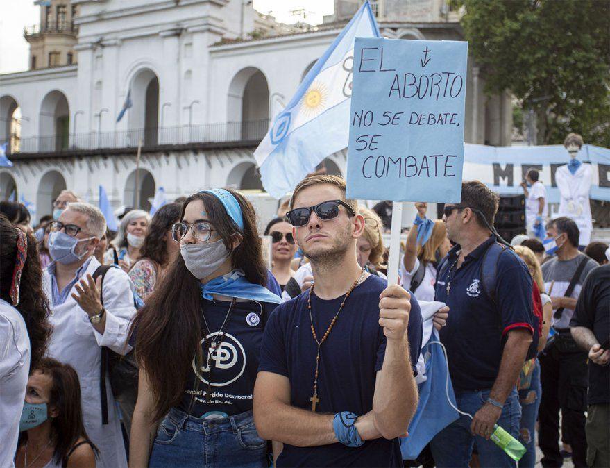 Militantes anti aborto legal están a metros en el Congreso
